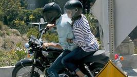 Mila se k Ashtonovi na motorce přitulila.