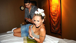 Marcus si zahrál na maséra. Martina sotva udržela ručník, který jí zakrýval ňadra.