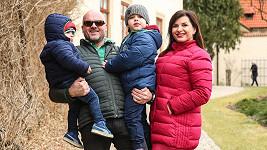 Andrea Kalivodová, její manžel Radek Tögel a synové.