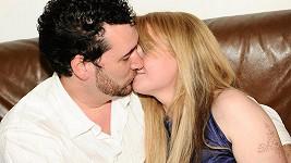 Domenico Martucci se líbá s Ivetou Bartošovou.