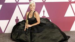 Lady Gaga na červeném koberci doplnila svůj dokonalý styl jedním z největších žlutých diamantů na světě.