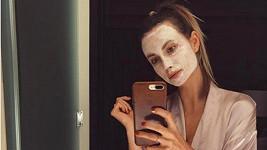 Ester to sluší i s pleťovou maskou.
