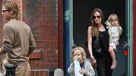 Brad Pitt a Angelina Jolie s dětmi.