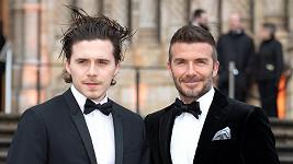 Brooklyn Beckham vyrazil s otcem na premiéru v Londýně.
