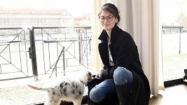 Veronika Čermák Macková hraje v Ulici barvoslepou učitelku matematiky a zeměpisu.
