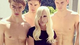 Donatella Versace bohužel mezi svými zajíčky neomládla...