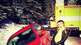 Elis a její auto v závěji, hasiči v pozadí