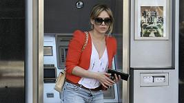 Hilary Duff u bankomatu.