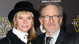 Kate Capshaw si zahrála s Harrisonem Fordem v Indiana Jones a Chrám zkázy.
