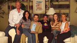 Přátelé vzpomínají na herce Luka Perryho (uprostřed), jenž podlehl následkům rozsáhlé mozkové příhody.