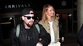 Na letišti v Los Angeles si herečka maskovala bříško.