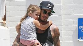 Roztomilá Harper Beckham si užívá tátovy péče dosytosti.