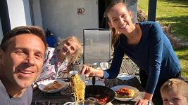 Herec si s manželkou a dětmi z předchozího manželství užívá oběd na zahradě.