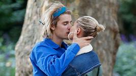 Justin Bieber (vlevo) a Hailey (vpravo) už jsou údajně svoji.