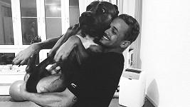 Ben Cristovao měl co dělat, aby psíka udržel.