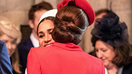 Vévodkyně Kate a Meghan se přivítaly objetím.