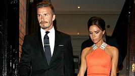 Victoria Beckham s Davidem v jednom ze svých modelů.