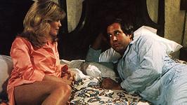 Beverly se svým filmovým manželem Chevym Chasem (1983)