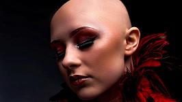 Lucy Bayfield trpí alopecií, ale paruky na focení odmítá.