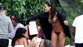 Rihanna s přáteli v plážovém baru Do Brasil