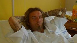 Rocker vypadá drsně i na nemocničním lůžku.