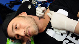 Zpěvák na tetovacím stole.