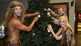 Peter Pecha s kolegy při zdobení stromečku