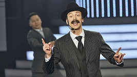 Jan Cina v závěru show vystoupil jako Scatman John