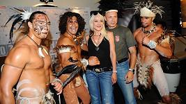 Manželé Landovi s polonahými tanečníky z Velikonočního ostrova.