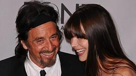 Americký herec se dobře baví po boku své mladičké partnerky.