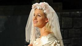 Tereze Mátlová ve svatebních šatech.