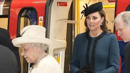 Vévodkyně Catherine i královna Alžběta II. vyzkoušely pohodlí metra v Lodnýně.