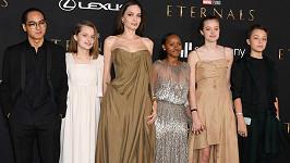 Angelinu doprovodily na premiéru Eternals děti.