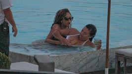 Rihanna své kamarádce dokoncec sahala na ňadra.