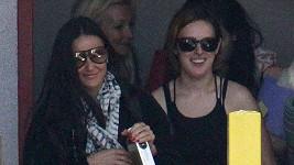 Demi Moore s Rumer s úsměvem na tváři odcházely z hodiny jógy.