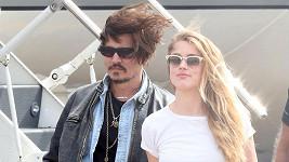 Johnny Depp po incidentu přiletěl za manželkou do Austrálie s ovázanou rukou.