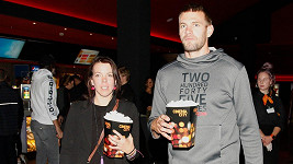 Ondřej Synek vyrazil s manželkou do kina.