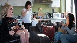 Tess (v levo) je dnes uznávanou módní blogerkou a na její názor dá mnoho lidí.