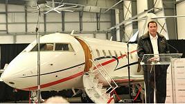Nadšený John Travolta předvádí svůj nový letoun.