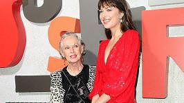 Dakota Johnson s babičkou Tippi Hedren na premiéře filmu Suspiria