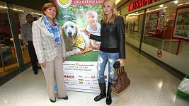 Ivana Gottová si na rozdíl od Zuzany Baudyšové díky holínkám nepocákala kalhoty.