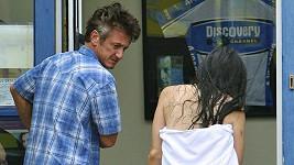 Sean Penn odvádí zraněnou asistentku na pohotovost.