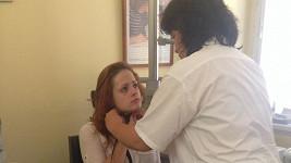Vyděšená Hrůzová v péči lékařky.