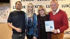 Zpěvačka Jana Fabiánová (druhá zleva) vydala svou knižní prvotinu Krásně zdravá.