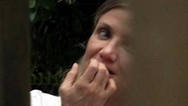 Cameron Diaz přistižena při okusování nehtů.