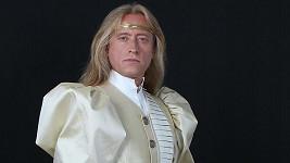 Kamil vypadá v kostýmu krále spíš jako princ.