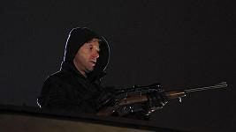 Jiří Langmajer vypadá s puškou v ruce opravdu nebezpečně.