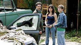 Lisa Sheridan v seriálu Invaze. Na snímku s Eddiem Cibrianem a Evanem Petersem (vpravo)