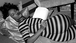 Rihanna v pyžamu během učení textů.