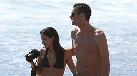 Jim Carrey se svým novým objevem dovádí na pláži v Malibu.